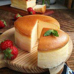 こんにちは。 暖かくなってくると、濃厚なケーキより軽いケーキが恋しくなります✨ 今日はふわっとスフレチーズをご紹介します。 割れない、しわにならない、焼き方とは?  ☆18㎝ 底とれ丸型☆ (チーズ生地) クリームチーズ 200g 牛乳 200cc 砂糖40g 米粉 30g 薄力粉 40g レモン汁 大さじ1 卵黄 4つ (メレンゲ) 卵白 4つ 砂糖 50g (敷紙に塗る) バター 10 粉砂糖 大さじ1 (仕上げ) アプリコットジャムなど  卵白と卵黄は分けて、卵白は冷蔵庫待機☆ バターは耐熱容器にいれてレンジで溶かしておく。 型に紙を… Don Perignon, Japanese Cheesecake Recipes, Japanese Cake, Homemade Sweets, Bread Cake, Cafe Food, Delicious Desserts, Yummy Food, Sweets Recipes