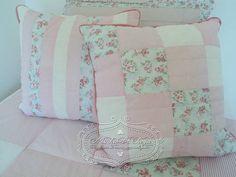 Conjunto de 2 almofadas de patchwork rosa e floral. Cada almofada mede 45 x 45 cm Enchimento de fibra siliconada Pode ser feita em outras cores e estampas, consulte-nos. R$ 102,09
