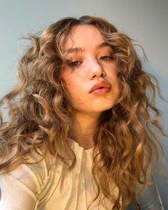 Wavey Hair, Curly Hair With Bangs, Curly Hair Cuts, Curly Hair Styles, Curly Hair Layers, Short Blonde Curly Hair, Long Layered Curly Hair, Hair Looks, Hair Type