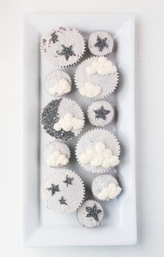 Twinkle, twinkle, little star, you won't believe how easy these are! Learn how to make sparkly & modern tiny treats with this moon & star cupcakes tutorial! Baby Shower Cupcakes Neutral, Baby Shower Decorations Neutral, Pop Baby Showers, Baby Shower Favors, Baby Shower Cakes, Baby Shower Parties, Baby Shower Themes, Shower Ideas, Baby Shower Photo Booth