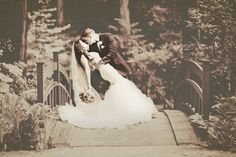 Amazing Kiss and Dip Bride And Groom Photo Idea.