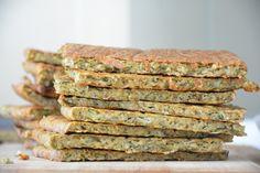 """Platbrood van groente! Tijdens het FODMAP dieet kun je iets heel erg gaan missen: brood. Dan heb ik het niet alleen over de smaak van brood, maar vooral over het gemak van """"even een broodje smeren"""". Toen ik dit recept van David en Luise van Green Kitchen Stories zag werd ik meteen enthousiast. Ten eerste […] Clean Recipes, Low Carb Recipes, Veggie Recipes, Healthy Recipes, Fodmap Breakfast, Vegetable Bread, Enjoy Your Meal, Paleo Bread, Love Food"""