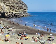 Holidays in Gran Canaria get all of it. Glittering sands that stretch as far as the eye are able to see. Friendly seaside resorts crammed full of character. And whitewashed villages peeping from the mountainous interior.
