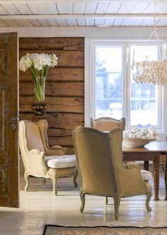 Anu Pentikin tunnelmallinen porokartano | Meillä kotona Log Cabin Living, Cottage Living, Knotty Pine Decor, Cottage Design, House Design, Scandinavian Cottage, Farmhouse Flooring, Country Interior, Cabin Interiors