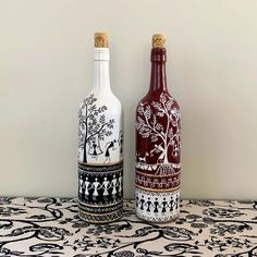 Painted Glass Bottles, Glass Bottle Crafts, Wine Bottle Art, Diy Bottle, Decorated Bottles, Decorative Glass Bottles, Beer Bottle, Worli Painting, Bottle Painting