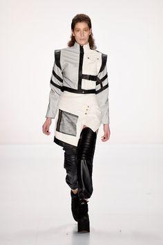 Pin for Later: Euer Überblick auf alle Trends der Berlin Fashion Week Pearly Wong Pearly Wong zeigte eine sportliche Kollektion in Schwarz und Weiß mit tollen Bomber-Jacken.