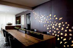 Assimétrico e, ainda assim, fluido e equilibrado. O décor deste apartamento em São Paulo quebra regras e lança mão de recursos de efeito em busca de uma ousada e sutil composição. Projeto Fernanda Marques.