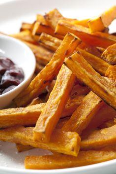 Yummy: zoete aardappelfrietjes. Veel gezonder dan gewone gefrituurde aardappelfriet, én zo lekker! Was de zoete aardappel(s) en dep deze droog. Je kunt ze schillen, maar het hoeft niet. Snijd er in de breedte plakken van, van ongeveer een centimeter dik. Snijd deze plakken in frieten. Zorg dat ze allemaal ongeveer even groot zijn. Kook water […]