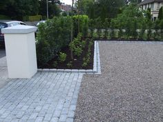 Garden front yard modern entrance Ideas The design of the front garden was abandon Pebble Driveway, Resin Driveway, Modern Driveway, Gravel Driveway, Driveway Landscaping, Modern Landscaping, Driveway Paving Stones, Cobblestone Driveway, Hydrangea Landscaping