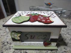 caixa de suco toda trabalhada com apliques em mdf em frutas branca, verde e marron.