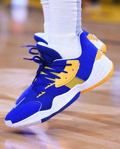James Harden visited Golden State on Christmas Day wearing an adidas Harden Vol. 4 colorway inspired by the opposing Warriors. Best Sneakers, Custom Sneakers, Sneakers Nike, James Harden Shoes, Marcus Smart, Lebron 7, Nike Zoom Kobe, Jordan 4, Nike Huarache