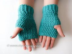 Easy Fingerless Gloves Free Pattern - Great way to stay stylish and warm Do you have trouble getting kids to wear gloves? Why don't you try making these easy fingerless gloves? Crochet Fingerless Gloves Free Pattern, Crochet Mitts, Fingerless Gloves Knitted, Crochet Stitches, Free Crochet, Crochet Patterns, Hat Patterns, Crochet Granny, Stitch Patterns