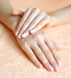 """Sabe quando você vai na manicure e sai de lá com um machucado enorme na cutícula já sabendo que vai inflamar? Pois é, o famoso """"bife"""" é muito comu"""