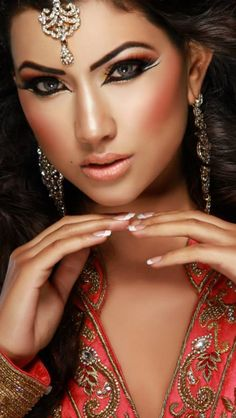 The breathtaking beauty of an Indian bride. Sexy Makeup, Gold Makeup, Makeup Geek, Beauty Makeup, Makeup Looks, Arabic Makeup, Indian Makeup, Indian Beauty, Most Beautiful Eyes