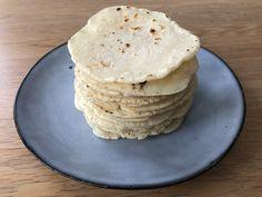 Hjemmelagde tortillalefser som også er glutenfrie, er en smal sak. For; autentiske, meksikanske tortillalefser er faktisk laget med maismel. Og du trenger kun tre ingredienser – maismel, vann og salt. Snakk om lettvint, og så blir de seriøst gode også! Men; det er ikke hvilket Read More The post Hjemmelagde tortillalefser (glutenfrie) appeared first on Den gode matreisen. Pancakes, Paleo, Breakfast, Baking, Morning Coffee, Bakken, Pancake, Beach Wrap, Backen
