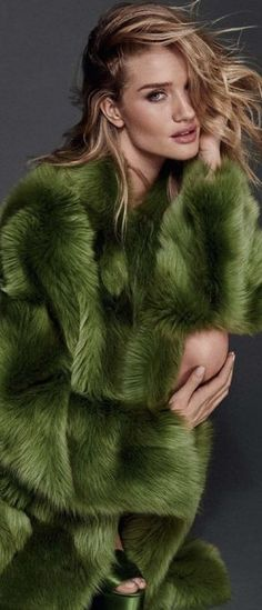 Rosie Huntington-Whiteley by Giampaolo Sgura Vogue Deutsch August 2016 Rosie Huntington Whiteley, Fur Fashion, Green Fashion, Gq, Pale Dogwood, Winter Color, Burberry, Victoria's Secret, Fabulous Furs