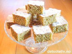 """""""Dugnadskake"""" er en kjempefin langpannekake som er lett å bake og som er utrolig god! Kaken inneholder revet eple, kokos og kanel og er således et kjærkomment alternativ til de """"vanlige"""" langpannekakene. Kakedeigen skal bare røres raskt sammen og kaken er derfor svært rask å lage. Oppskriften er til liten langpanne. Krispie Treats, Rice Krispies, Sheet Pan, Cake, Desserts, Recipes, Food, Alternative, Pie Cake"""