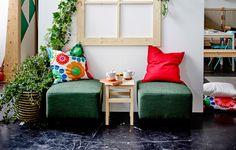 2 pouf e un tavolino sotto a una finestra - IKEA