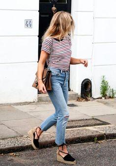 Blusa listrada, calça jeans cropped, espadrilha preta