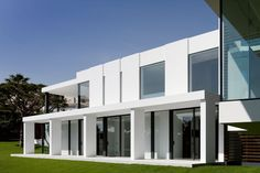 foot modern villa, which resides on the Vale do Lobo golf course in Southern Portugal, has a very unusual suspended or cantilevered spill-over pool that creates a reflecting pool ben… Modern Architecture House, Residential Architecture, Architecture Design, Modern Houses, Facade Design, House Design, Exterior Design, Villa, House Inside
