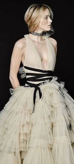 Carolina Herrera creates incredible haute couture pieces and this white dress is no exception. Perhaps non-traditional, it would make a beautiful statement at a wedding! Gypsy Fashion, Look Fashion, Runway Fashion, Fashion Show, Fashion Outfits, Fashion Weeks, Fashion Trends, Style Couture, Haute Couture Fashion