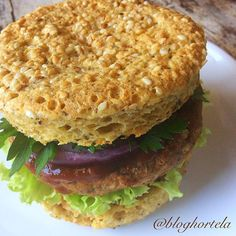 Adoro a praticidade dos pães de microondas!😍😋👌🏻🍔 Sempre que faço hambúrguer caseiro guardo um para montar um belo sanduíche num pão de micro fit e a jato! Este sanduba foi feito com um HAMBÚRGUER VEGETARIANO de grão de bico, nozes e cenoura, e a RECEITINHA JÁ ESTÁ NO BLOG. Só dar uma procurada lá - link clicável no perfil. Agora vamos à receita do pão, que desta vez é low carb: 🍔PÃO LOW CARB DE MICRO🍔  1 ovo 2 cols sopa de farinha de castanha de caju da @holynutsbrasil  1 col sopa de…