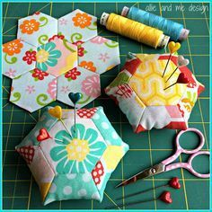 http://allie-and-me-design.blogspot.de/2015/05/hexagonliebe-nadelkissen.html