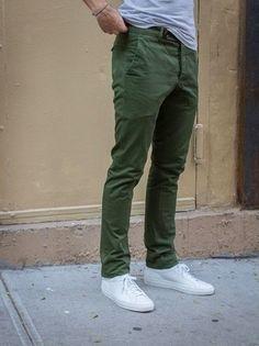 Graues T-Shirt mit Rundhalsausschnitt, Olivgrüne Chinohose, Weiße Leder Niedrige Sneakers für Herren