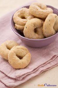 I #BISCOTTI AL #VINO (wine biscuits) sono delle fragranti ciambelline…