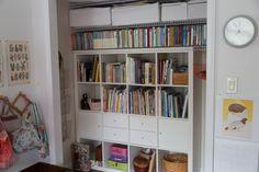 çalışma odasındaki kitaplik, burada sadece hikayeler ve romanlar var.