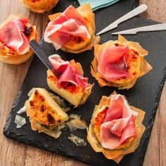 Tartelettes de pâte filo à la semoule, au fromage et au jambon de Parme