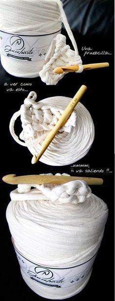 Tutorial paso a paso con imágenes para tejer con la técnica de crochet o ganchillo una preciosa alfombra de trapillo. Patrón gratuito para seguir incluido.