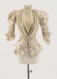 House of Worth, Bodice of cream and pale blue silk, warp printed in a rosebud design Worn by Mary Chamberlain Carnegie Fashion Museum Bath 1890s Fashion, Edwardian Fashion, Vintage Fashion, Vintage Beauty, Antique Clothing, Historical Clothing, Steampunk Clothing, Steampunk Fashion, Gothic Fashion