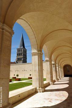 Dans la cour du Prieuré de la Charité-sur-Loire, propice à une balade au calme !