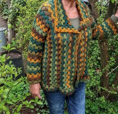 Lindevrouwsweb: Haakpatroon Kroonluchter Alexia Gilet Crochet, Crochet Jumper, Crochet Granny, Chaleco Casual, Granny Square Sweater, Granny Square Tutorial, Hippie Crochet, Crochet Clothes, Log Cabins