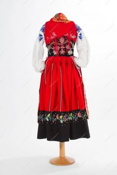 Traje à lavradeira_costas Red Costume, Costumes, Lace Socks, Kerchief, Wool Skirts, Cotton Thread, Traditional Outfits, Silhouette, Clothing