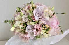 runder Brautstrauss: Pfingstrosen, Eustoma, Wicken, Hypericum Wicken, Gray Rooms, Floral Wreath, Wreaths, Bouquets, Flowers, Decor, Pentecost, Florals