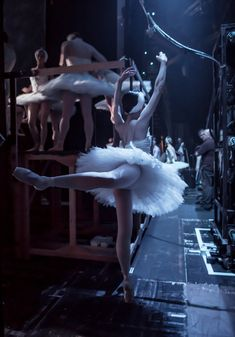 Dancers of the English National Ballet prepare in the wings during a dress rehearsal of Swan Lake at the Coliseum. Dance Photos, Dance Pictures, La Bayadere, Dance Dreams, Ballet Performances, Ballet Photography, Ballet Dancers, Ballerinas, Ballet Bag