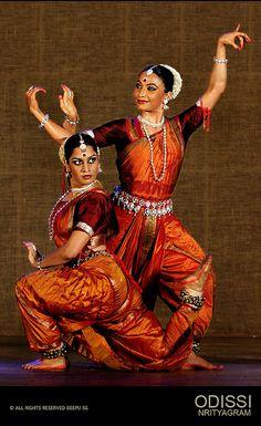 ODISSI - NRITYAGRAM | Bijayini & Surupa Dance Paintings, Indian Art Paintings, Folk Dance, Dance Art, Indian Classical Dance, Indian Textiles, Indian Heritage, Dance Poses, First Humans