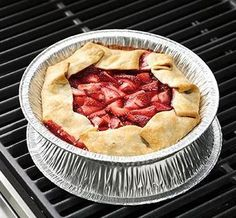 a grilled strawberry pie on an inverted pie tin on a grill this looks like fun. grilling even color blind people can do. Yummy Treats, Sweet Treats, Yummy Food, Grilling Recipes, Cooking Recipes, Easy Recipes, Campfire Recipes, Grilling Ideas, Fire Cooking