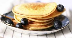 Recette de pancakes simples à garnir selon ces goûts. Retrouvez d'autres recettes sur : http://blog.moncoach.com/recettes/