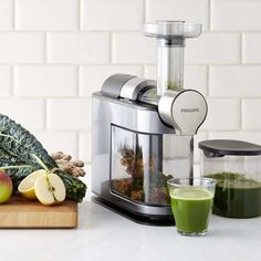 Squeeze more goodness out of fruits and vegetables with this Philips juicer. MicroMasticating technology extracts the maximum out of ingredients, so you get more vitamins, nutrients and fiber in every cup along with smooth, concentrated texture an… Best Juicer Machine, Juicer Reviews, Centrifugal Juicer, Electric Juicer, Juice Extractor, Juicing Benefits, Health Benefits, Citrus Juicer, Green Juices