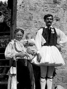 Οικογένεια στην Αγόριανη (Επτάλοφος) Παρνασσίδος Hubert Pernot 1896-1913. European Costumes, Royal Guard, As Time Goes By, Folk Costume, People Of The World, Greek Costumes, Men's Costumes, Vintage Photography, Greece