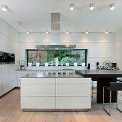 Weitreichender Blick auf die komplette Küche und anliegendem Esstisch von Bulthaup am Ring