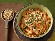 Scharfes Weißkohl-Curry - mit Ingwer und Erdnüssen   Kalorien: 296 Kcal - Zeit: 25 Min.   http://eatsmarter.de/rezepte/scharfes-weisskohl-curry