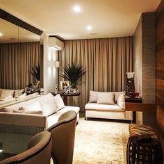 Living aconchegante e com muita personalidade. Projeto de Larissa Dias Porto. Muito lindo #decoramundo #luxo #lindo #lovedecor #inspiração #interiores #instadica #blogdecor #design #espelho #garden #madeira #adornos #arquitetura