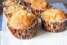 muffins zonder suiker, met peer en dadels Nodig voor 7-8 stuks: Bereidingstijd: 40 minuten, waarvan 25 in de oven 3 eieren ±2-3 el kokosolie (40 ml) 60 gram volkoren speltmeel 1 tl bakpoeder 50 gram dadels, in stukjes gesneden (+ 2-3 extra) 1 rijpe peer, in stukjes gesneden