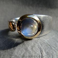 Himmelblauer Mondstein rund 900 Gold Ceylon Ring von Schmuckdesign Maren Kupke auf DaWanda.com