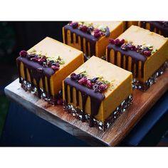 Wild Orange + Goji Berry Wilde Orange + Goji Beere Related posts: This Orange Pound Cake is so delicious it's like tαking α bite of sweet suns… Orange Creamsicle Dream Bars close up. Raw Vegan Desserts, Gourmet Desserts, Fancy Desserts, Raw Food Recipes, Cake Recipes, Dessert Recipes, Mini Cakes, Cupcake Cakes, Cupcakes