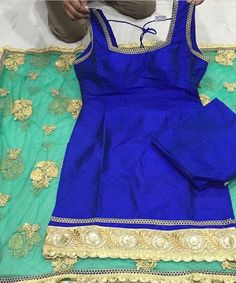This summery combination by Vastra Bazaar is so refreshing! Also love the minimal embroidery with statement contrast dupatta. Kurta Pajama Punjabi, Punjabi Salwar Suits, Punjabi Dress, Patiala, Salwar Kameez, Churidar, Kurti, Indian Suits, Indian Attire